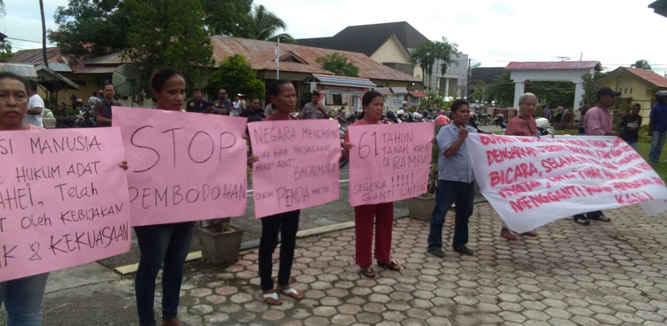 Penyelesaian sengketa tanah masyarakat adat Negeri Amahai yang mencapai 600 Hektar untuk pembangunan dan perluasan Kota Masohi sebagai ibu kota kabupaten Maluku Tengah sejak tahun 1957 hingga saat ini belum dapat diselesaikan oleh pemerintah daerah Malteng di bawah kepemimpinan Bupati Tuasikal Abua,SH.